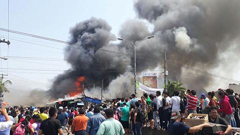 Reportan-incendio-de-casetas-en-la-rotonda-del-Plan-Tres-Mil