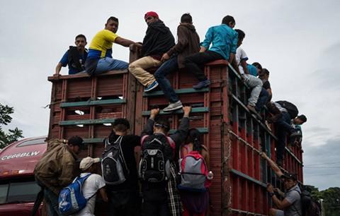 La-caravana-de-migrantes-hondurenos-entra-en-territorio-mexicano