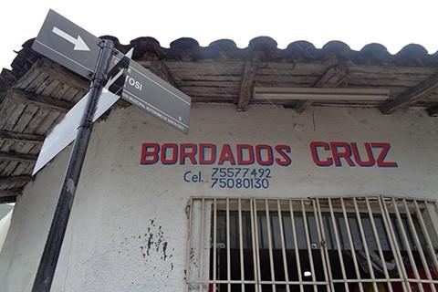 Delincuentes-en-moto-asaltan-una-tienda-en-la-Ballivian