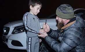 Nino-de-5-anos-hace-4.105-flexiones-en-145-minutos-y-recibe-un-Mercedez-Benz-de-regalo-