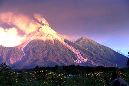 Volcan-erupciona-en-Guatemala-y-evacuan-a-la-gente