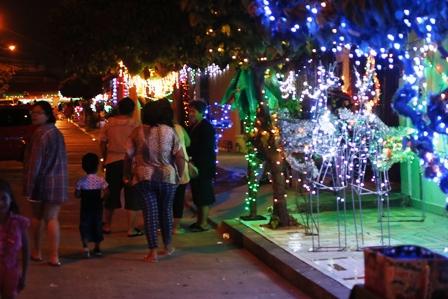 Solidaridad-navidena-50-familias-se-unen-para-adornar-calles