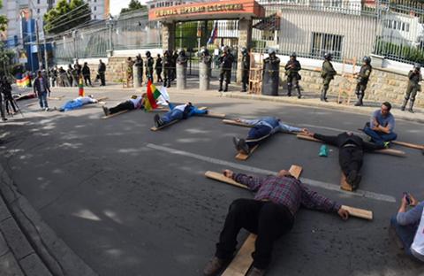 Bloqueo-de-rutas,-crucifixiones-y-hasta-intervenciones-policiales-marcan-el-paro-por-el-21--F