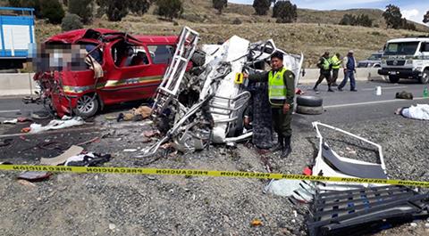 Fatal-accidente-de-transito-en-la-carretera-a-Achacachi-deja-17-muertos