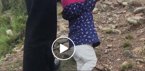 El-Vice-ayuda-a-caminar-a-su-hija-en-un-cerro