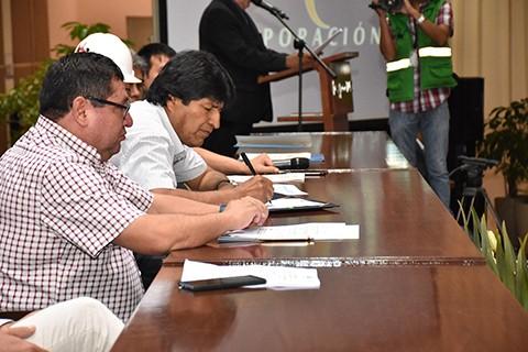 Morales-firma-decreto-que-garantiza-construccion-de-tres-parques-eolicos-en-Santa-Cruz