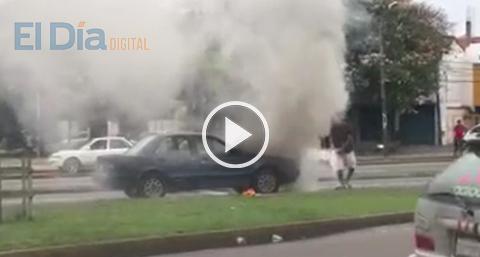 Reportan-incendio-de-vehiculo-en-plena-via-publica