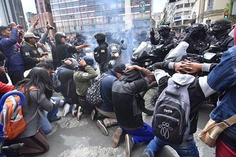 Reportan-que-policias-dispersan-con-gas-lacrimogenos-la-marcha-de-universitarios-de-la-UPEA