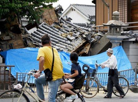 Panico-por-sismo-en-Osaka,-Japon