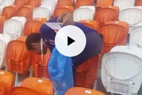 Hinchas-japoneses-recogen-la-basura-del-estadio-tras-partido-ante-Colombia