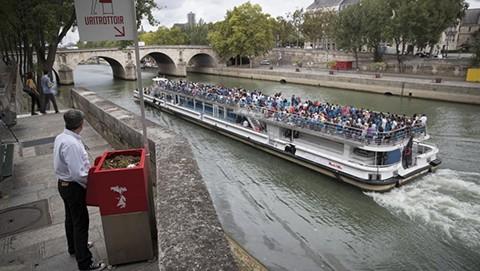 Polemica-en-Paris-por-orinales-ecologicos-al-aire-libre