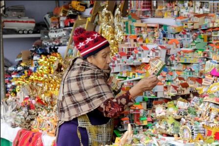 Feria de Alasitas  recibe al público