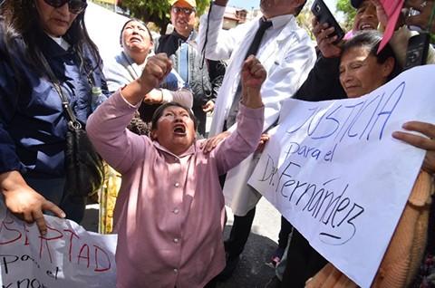 Una-marcha-de-protesta-exige-la-libertad-de-Jhiery-y-lanza-huevos-a-la-Fiscalia