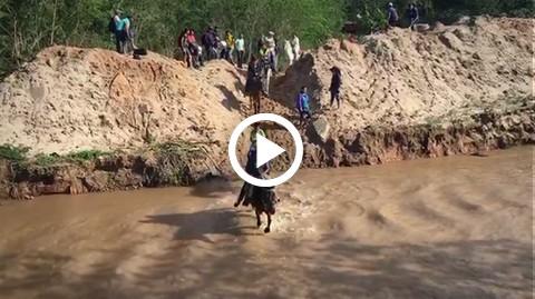 Asi-cruzaron-los-vecinos-de-Porongo-el-rio-Pirai-para-exigir-puentes
