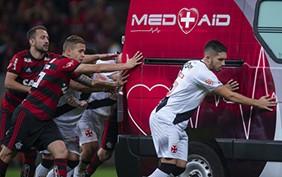 Futbolistas-brasilenos-suspenden-el-partido-para-empujar-una-ambulancia-fuera-de-la-cancha-(video)