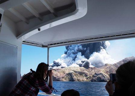 Volcan-estalla,-devastacion-y-5-muertos