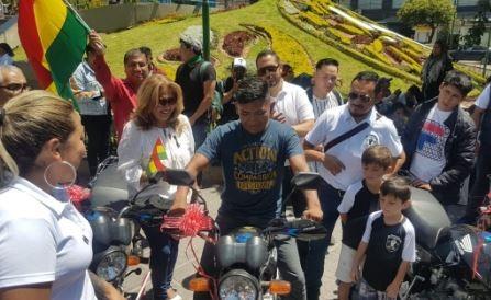 Entregan-motocicletas-a-miembros-de-la-Resistencia-Juvenil-Cochala