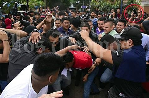 Foto-muestra-a-hombre-armado-cerca-de-Pumari-durante-disturbios-en-la-UMSS