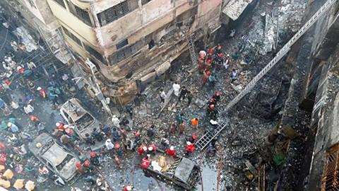 Al-menos-78-muertos-en-un-gran-incendio-en-la-capital-de-Banglades