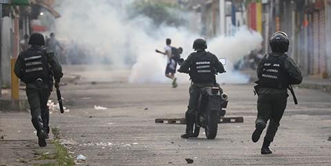 Militares-de-Maduro-reprimen-a-manifestantes-en-un-puente-fronterizo-con-Colombia