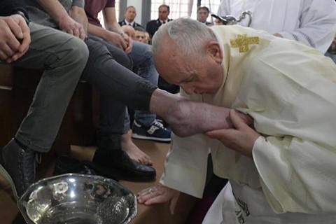 El-Papa-Francisco-lava-los-pies-a-12-reclusos-de-una-carcel-en-Roma