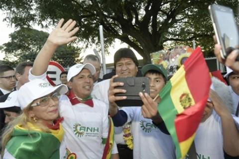 Morales-arriba-a-Argentina;-residentes-bolivianos-le-dan-la-bienvenida