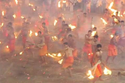 Devotos-hindues-se-lanzan-fuego-unos-a-otros-en-honor-a-una-diosa-guerrera