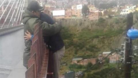 Un-oficial-de-Policia-evita-que-un-hombre-se-suicide