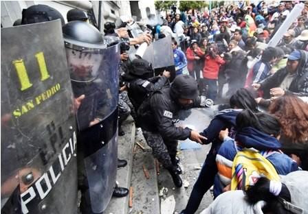 Enfrentamiento-entre-padres-de-familia-y-Policia