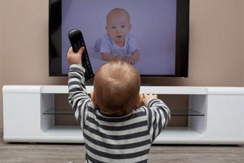 OMS-recomienda-no-dejar-a-un-bebe-viendo-la-TV