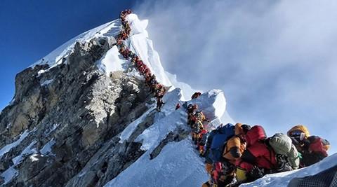 -Congestion--en-el-Everest:-mas-de-200-alpinistas-hicieron-cumbre-en-un-solo-dia