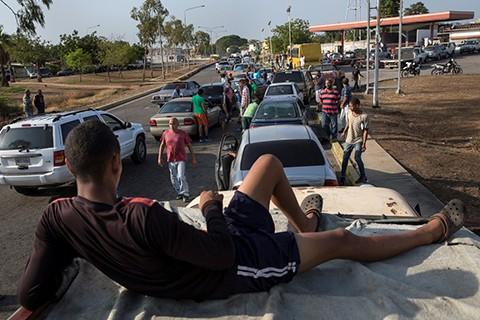 Protestas-y-largas-colas-por-la-escasez-de-combustible-en-Venezuela