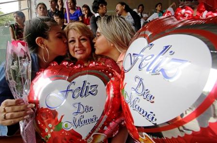 Carino-para-mama,-expresan-su-amor-cantando-y-bailando