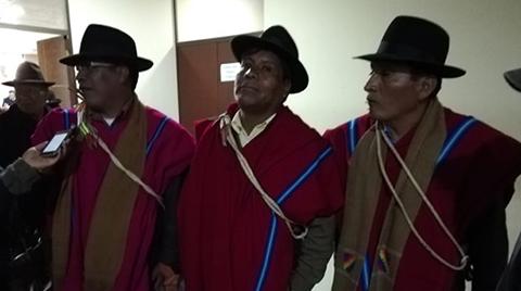 Ponchos-Rojos-dan--apoyo-moral--al-alcalde-de-Achacachi