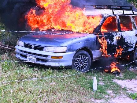 Incineran-taxi-robado-en-asalto-a-chofer-