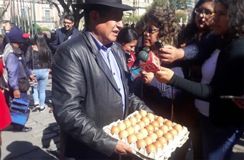 Quispe-ofrece--huevos--al--vice--para-que-debata