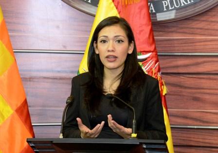 Adriana Salvatierra asumirá Presidencia por unas horas