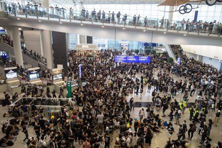 Cientos-de-vuelos-cancelados-en-Hong-Kong