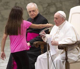 Reaccion-del-Papa-ante-una-nina-con-discapacidad