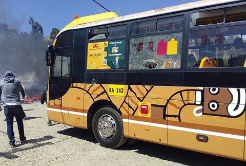 Choferes-protagonizan-vandalico-bloqueo-y-destruyen-un-bus-PumaKatari