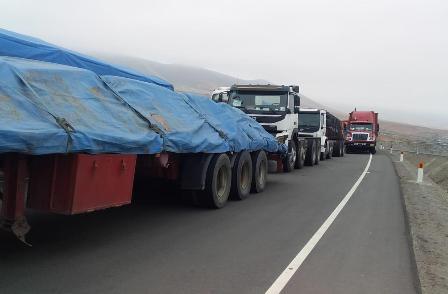 Camiones-bolivianos,-hay-unos-400-parados-en-Peru