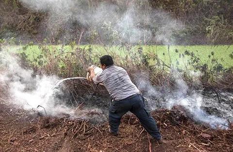 Comunarios-combaten-los-incendios-con-sus-propios-medios