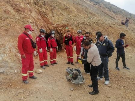 Bomberos-rescatan-cuerpo-en-una-mina