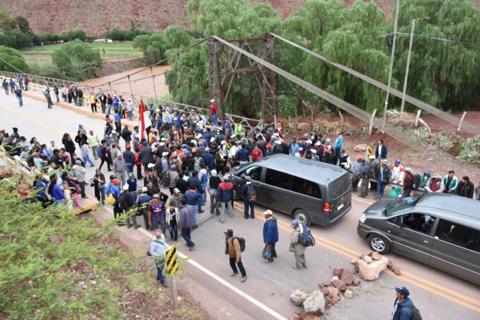Bloquean ruta al occidente; exigen frenar ingreso de cebolla peruana