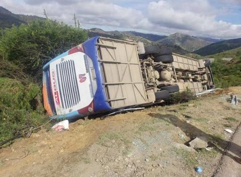 Vuelco-de-bus-deja-3-muertos-y-15-heridos-en-ruta-a-Sucre