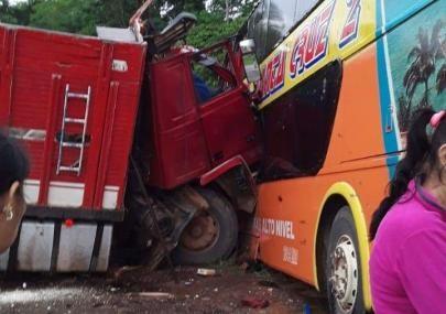 Choque-entre-camion-y-flota-deja-2-fallecidos-y-6-heridos