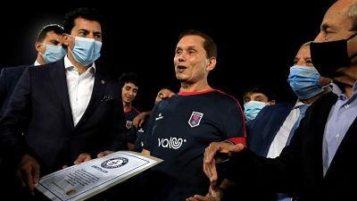 Un-egipcio-de-74-anos-se-convierte-en-el-futbolista-mas-viejo-del-mundo