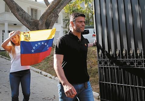 Leopoldo-Lopez-deja-el-asilo-en-Caracas