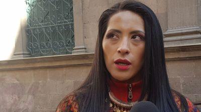 Reaparece Alanoca y pide que la dejen salir de la Residencia de México para defenderse