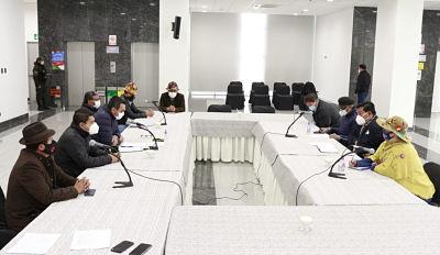 Mandatarios electos no asistieron, Gobierno y una comisión del MAS iniciaron la transición